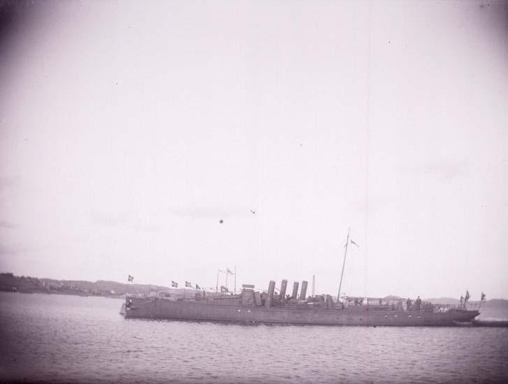 """Enligt text som medföljde bilden: """"Lysekil, """"Svenska Torpedbåtarne Nr 5,-71,-75,-77 från Sidan. (Freke, Bygve, Agne, Agda) fr. sidan 20/8 1899""""."""