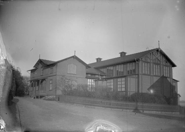"""Enligt text som medföljde bilden: """"Lysekil. Societetshuset från Gröna villan 1897."""""""