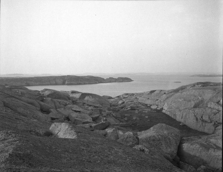 """Enligt text som medföljde bilden: """"Den oåtkomliga ön."""" ::"""