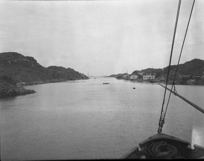 """Enligt text som medföljde bilden: """"Kyrkesund med väntande båt."""" ::"""