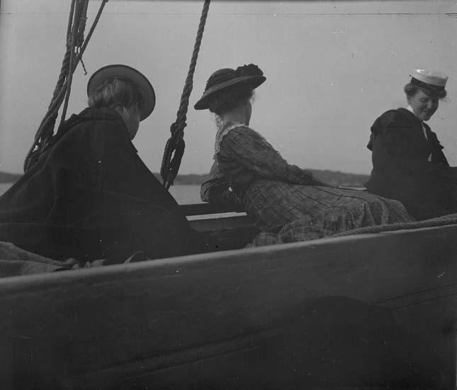 """Enligt text som medföljer bilden: """"Fr. Wetter o. systrar segla."""""""