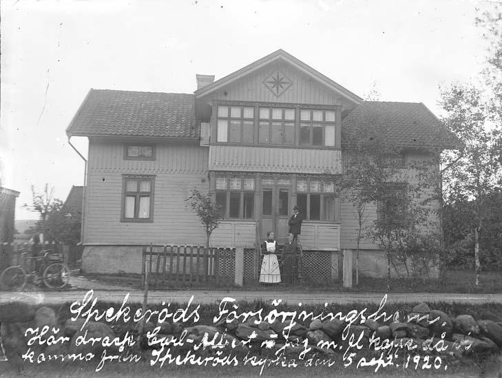 """Skrivet på bilden: """"Spekeröds försörjningshem. Här drack Carl-Albert å jag mfl kaffe då vi kommo från Spekeröds kyrka den 5 sept 1920."""""""