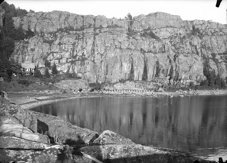 """Enligt fotografens noteringar: """"Direktör Sundmans Villa vid Gårvik omkring 1926. Den första bebyggelsen."""""""