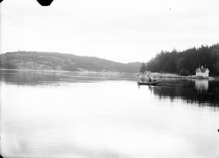 """Enligt fotografens noteringar: """"1927-28 Röd Ferleffjorden. Elin Sahlberg i båten Inga-Lisa och Albert i Röd."""""""