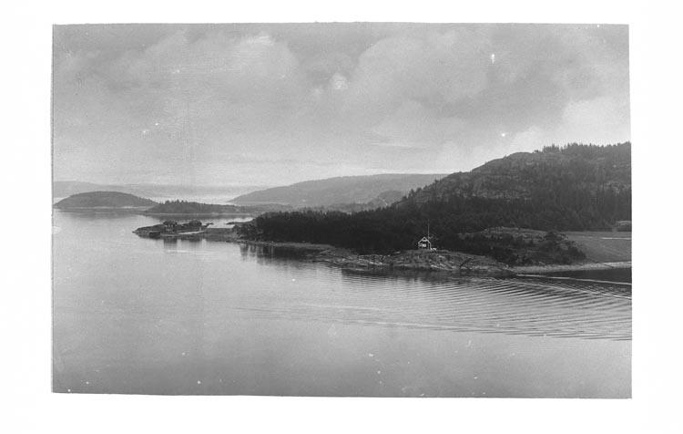 """Enligt fotografens anteckningar: """"Omkring 1930. Vy från Högås Orustlandet med färjan""""."""