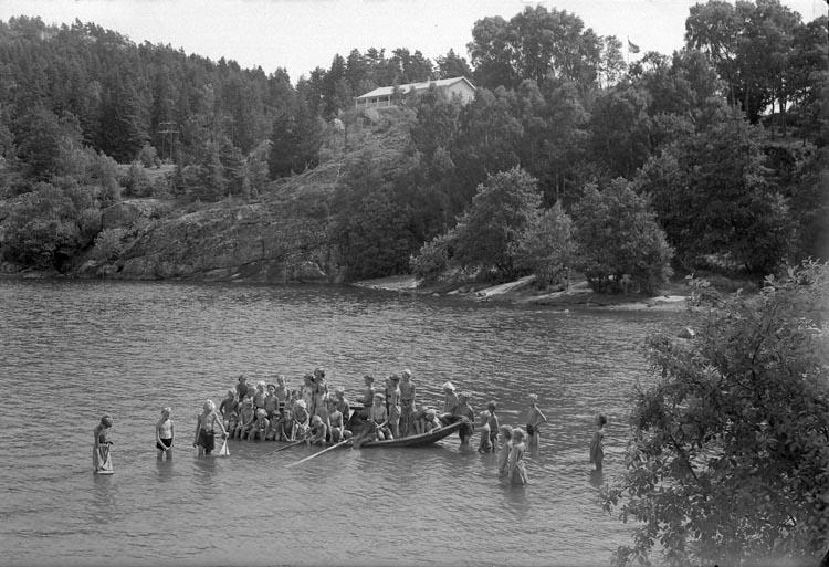 """Enligt fotografens anteckningar: """"1941, 44. Plåtar från barnkolonin Studseröd""""."""