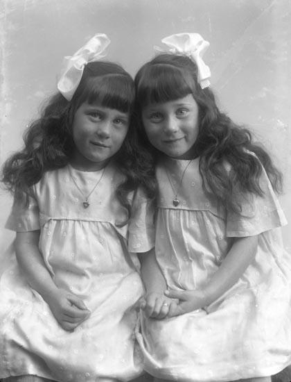 """Enligt fotografens noteringar: """"Landfiskals Nelssons döttrar. Kvistrum omkring år 1919? Oretucherade."""""""