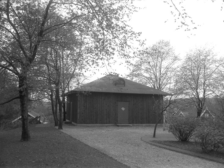 """Enligt medföljande noteringar: """"Nr 37. 1930. 1930. bod intill Kontoret. Bod intill Munkedals Kontor.""""  Uppgifter från Munkedals HBF: """"Till höger Lindqvists Hus."""""""