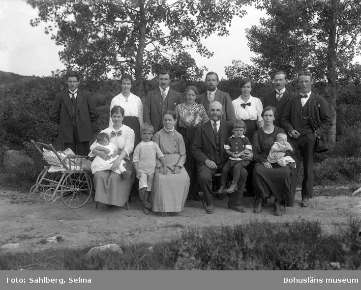 """Enligt medföljande noteringar: """"Grupp af familjen Edvardsson från Stallemyren. Fabriksarbetare i Munkedals fabrik."""""""