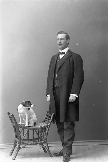 "Enligt fotografens journal nr 1 1904-1908: ""Österberg, G. Herr Stenungsön""."