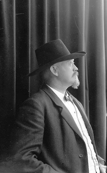"""Enligt fotografens journal nr 2 1909-1915: """"Cervin, Postmästare Här""""."""