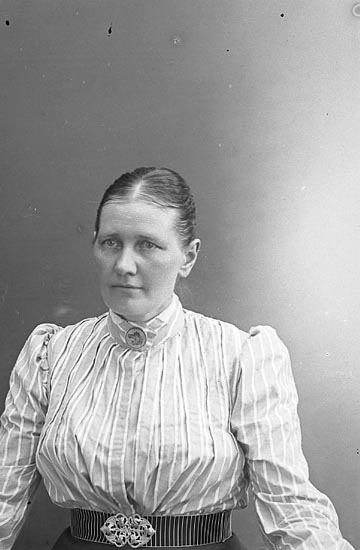 """Enligt fotografens journal nr 1 1904-1908: """"Johansson, Amanda Stenung Stenungsund""""."""