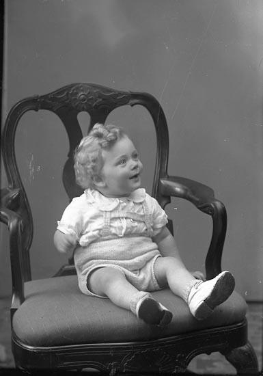 "Enligt fotografens journal nr 7 1944-1950: ""Svensson, Fru Hildur Box 5 St. Höga""."