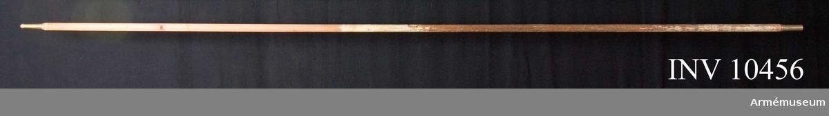 """Grupp -.  Runt riksvapnet broderat i guld: """"Kongl. SÖdra Skånska Infanterireg:tet I:sta Bat"""". Återstår endast drygt halva fanan. Stång 270 cm av vitmålad furu. Doppssko 8 cm. Spets 15 cm. Holk 9 cm."""
