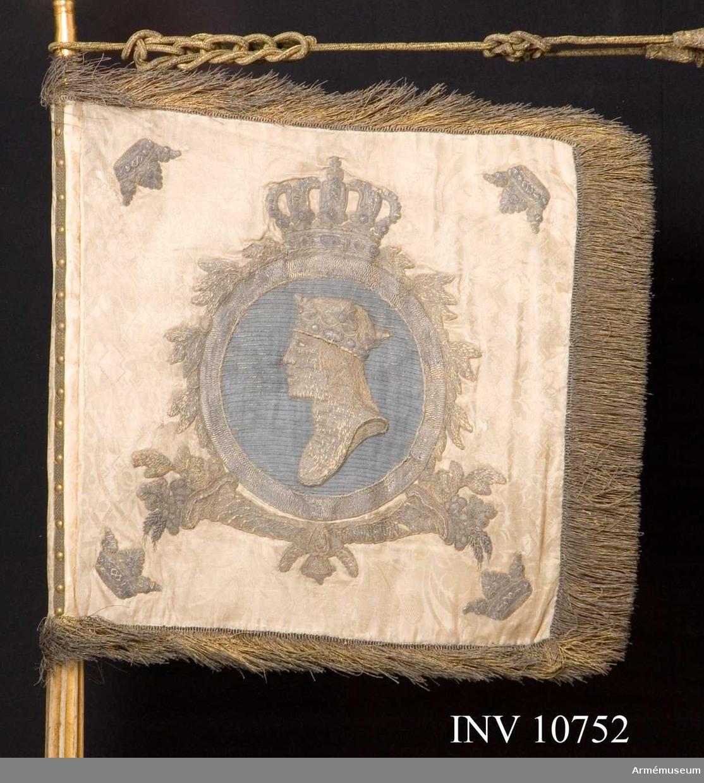 Grupp B.  Duken bär Gustav III:s namnchiffer. Duken är av vit sidendamast med broderade emblem i mitten lilla riksvapnet, krönt, därunder stiliserade vingar, på andra sidan S:t Erik i medaljong på blå botten. I hörnen öppna kronor. Fäst vid stången med tre rader spikar och band. Banderoller.