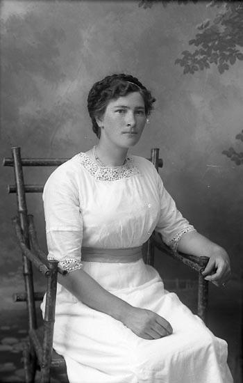 """Enligt fotografens journal Lyckorna 1909-1918: """"Mattsson, Hanna Häggeröd""""."""