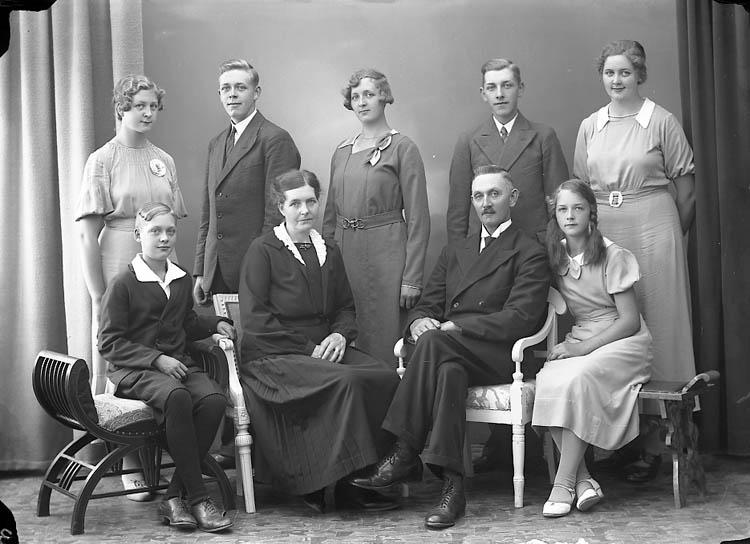 "Enligt fotografens journal nr 6 1930-1943: ""Larsson, Lars Hakebol Jörlanda""."