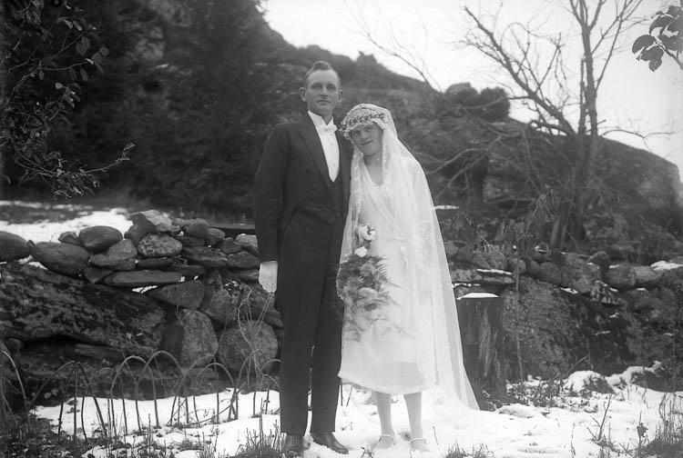 """Enligt fotografens journal nr 5 1923-1929: """"Holm, Bröllopet Brudparet"""". Enligt fotografens notering: """"Bröllopet i Holm. Bernh. Johansson, Här""""."""