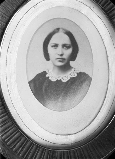 """Fotografens notering: """"Fru Almegren, Fru Anna Kellgren, Bollsta""""."""