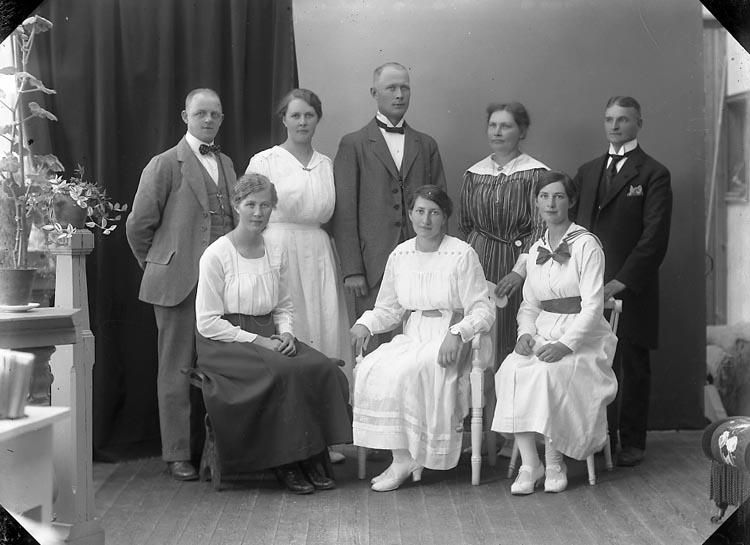 """Enligt fotografens journal nr 4 1918-1922: """"Karlsson, Jenny Här""""."""
