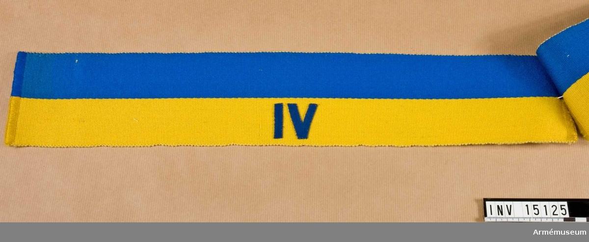 Grupp C I. En av 4 st armbindlar m/1898 för fältpolisen, blå och gul. Märkt IV.