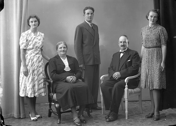"Enligt fotografens journal nr 6 1930-1943: ""Sjöberg, E. Stenungsund""."