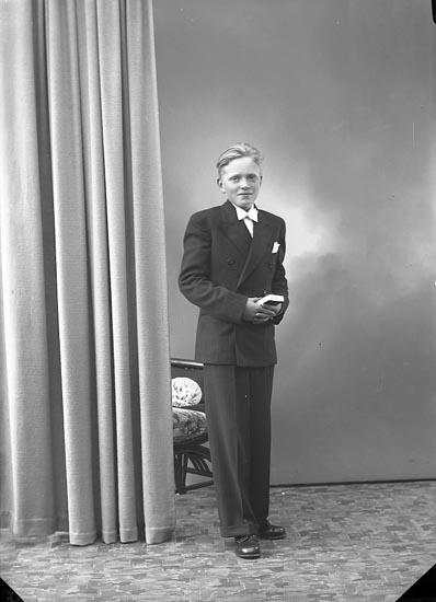 """Enligt fotografens journal nr 6 1930-1943: """"Svensson, Lennart Källsby Jörlanda""""."""