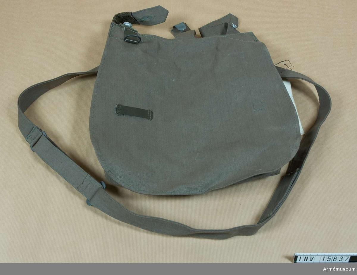 Grupp C 1.   Mattornister (brödväska) av impregnerat tjockt tyg, grå färg (tysk modell) med två hylsor och krok för att hänga väskan på bältet. Väskan stänges med 3 läderremmar och järnknappar och har axelgehäng samma tyg.