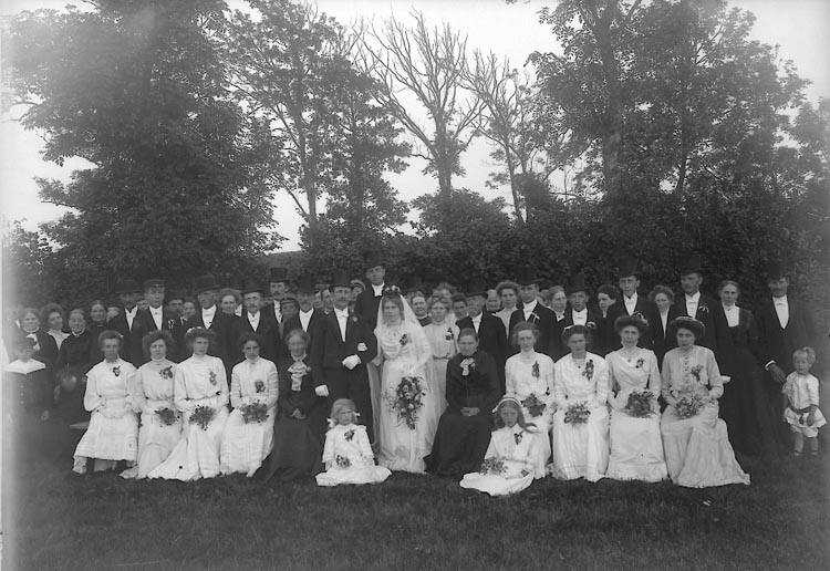 "Enligt fotografens journal nr 2 1909-1915: ""Jacksons bröllopsgr."". Enligt fotografens notering: ""Jacksons bröllopsgrupp, Nösnäs""."