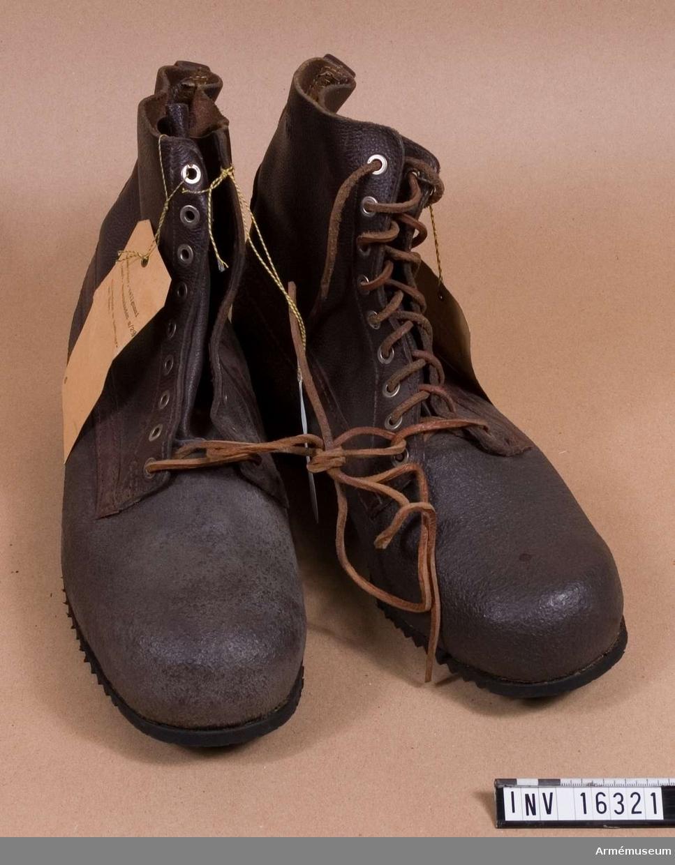 Med fot av cellgummi och med skaftet av läder med snörning. Gummisula. 1 par. Storlek 43.