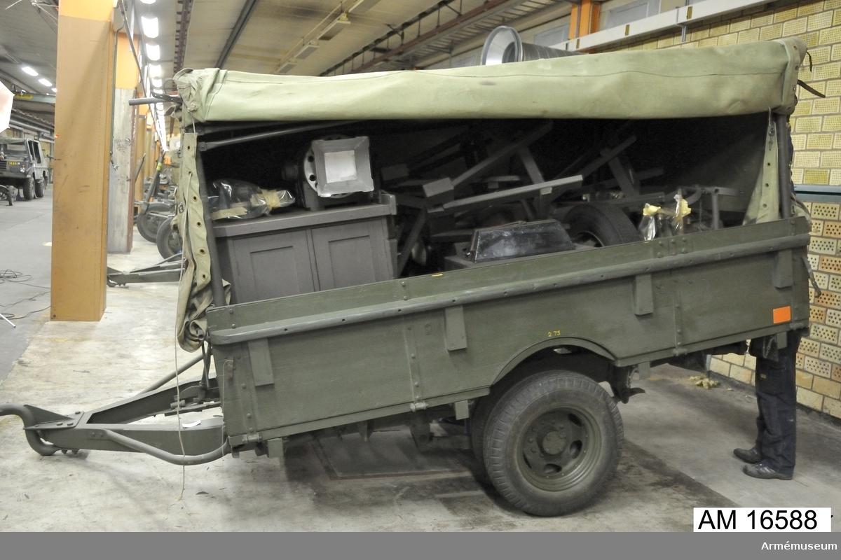 Verkstadssläpkärra m/1943 b, sats Tt 16 b.  Specialkonstruktion: specialbyggd till verkstadssläpkärra. Karosseri: flak med lämmar och tältak av väv.Se satskort verkstadssläpkärra b m/43 Kaft april 1958.   1 st slangklämma AGA-KH saknas.  1 st dorn saknas.  1 st träborr skär t 25-38 mm saknas. 1 st avdragarehylssats (expanderande) i etui saknas.  1 st hylsa 10-11,5 mm saknas.  1 st hylsa 12-14,5 mm saknas.  1 st hylsa 15-18,5 mm saknas.  1 st hylsa 19-23,5 mm saknas.  1 st hylsa 24-29,5 mm saknas.  1 st hylsa 30-35,5 mm saknas.  1 st hylsa 36-49,5 mm saknas.  1 st hylsa 50-67,5 mm saknas.  Se beskrivning av verkstadssläpkärror m/1943 och m/1945 F 821 - 1 Kungl Armétygförvaltningen 1955 års upplaga.