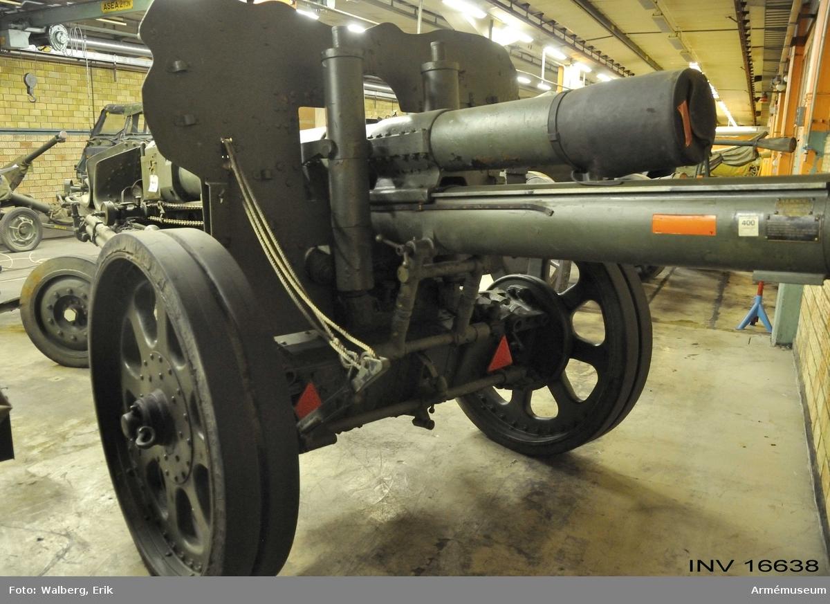 Haubits m/1938 med tillbehör.Milregnr 2124.   Eldrörets l: 3300 mm, vikt m mekanism: 1450 kg. Största skottvidd: 11100 m. Hjuld: 1260 mm.Se vapenregister för armén 1951.  Består av:  1 haubits m/1938,  1 borstviskare,  1 stång t borstviskare,  2 riktkäppar,  1 ansättare, 2 svansspakar av trä,  1 anteckningsbok f eldrör,  1 anteckningsbok f lavett,  1 kapell till pjäs, främre del,  1 kammarfodral av läder  1 bromslina.  2010-02-18 EW Till pjäsen finns också en föreställare.