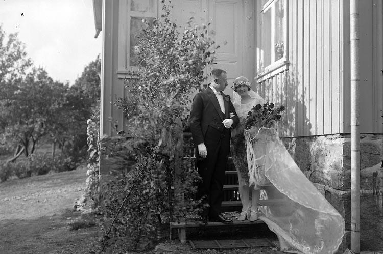 """Enligt fotografens journal nr 5 1923-1929: """"Öhrström, Brudparet Här"""". ::"""