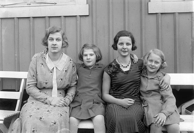 """Enligt fotografens journal 6 1930-1943: """"Enander, Kusinerna Nelson, Dahlblom Gottskär""""."""