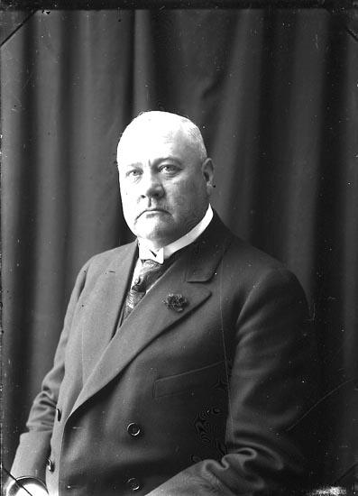 """Enligt fotografens journal Lyckorna 1909-1918: """"Lindstedt, Disponent Göta""""."""