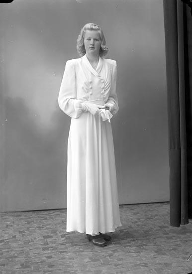 """Enligt fotografens journal nr 7 1944-1950: """"Henriksson, Mona Hallerna Här""""."""