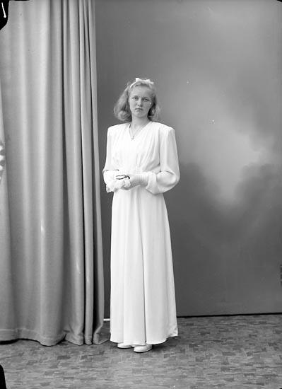 """Enligt fotografens journal nr 7 1944-1950: """"Berntsson, Ann-Britt Åh, Ödsmål""""."""