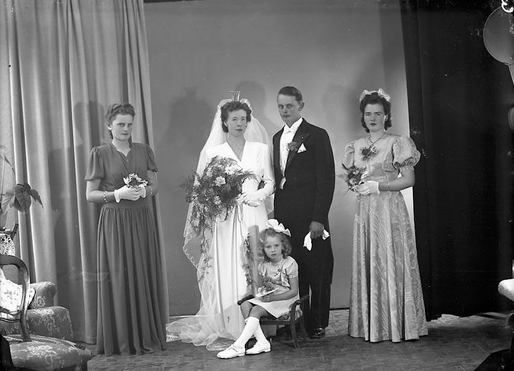 """Enligt fotografens journal nr 7 1944-1950: """"Olegård, Herr Gösta, Kollugneröd, Svanesund""""."""