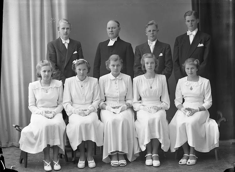 """Enligt fotografens journal nr 8 1951-1957: """"Norums Konfirmander Pastor Hjalmarsson""""."""