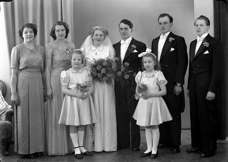 """Enligt fotografens journal nr 8 1951-1957: """"Andersson, Brudp. Rickard Strandnorum Här""""."""
