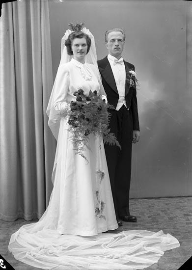 """Enligt fotografens journal nr 7 1944-1950: """"Wallmark, Herr Alvar Box 1001 Trollhättan""""."""
