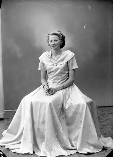 "Enligt fotografens journal nr 8 1951-1957: ""Karlsson, Fr. Annie Linnéaboden Här""."