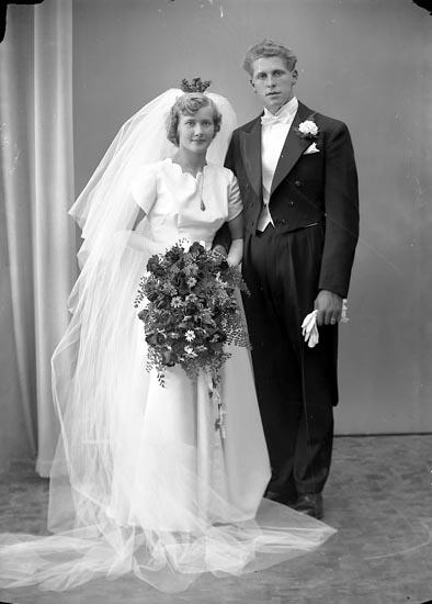 """Enligt fotografens journal nr 8 1951-1957: """"Berntsson och Samuelsson, Brudparen Järnblästen Ödsmål"""". Enligt fotografens notering: """"Brudpar Herr Bertil Berntsson, Järnblästen Ödsmål""""."""