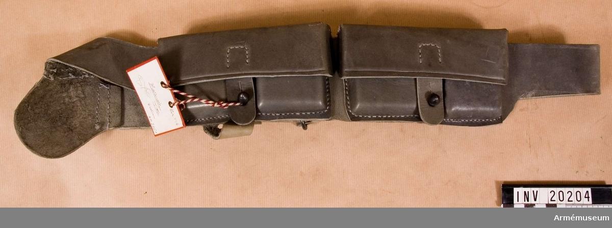 Grupp C II.  Av kakifärgat läder. Kartuschen består av två patronväskor. Väskan består av lock som stänges med en rem med knapphål. Väskan består av två avdelningar (varje för 5 patroner ), som är fastsydd till bandolärrem. Mellan två avdelningar finns en knapp för att stänga väskorna lock.  I båda väskorna ryms 20 patroner. Bandolären är 4 cm bred med oval ring och järnknapp för att förkorta eller förlänga remmen. Vid ena sidan finns ring.