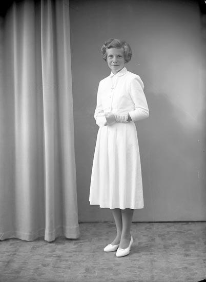 """Enligt fotografens journal nr 8 1951-1957: """"Wallin, Monica Ödsmål""""."""