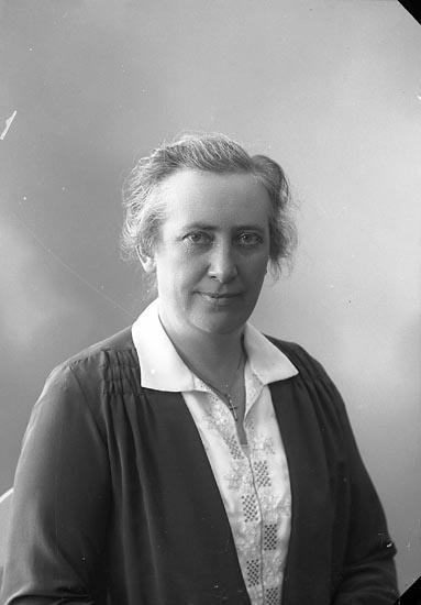 """Enligt fotografens journal nr 5 1923-1929: """"Johnsson, Fru Ida Gällstad""""."""