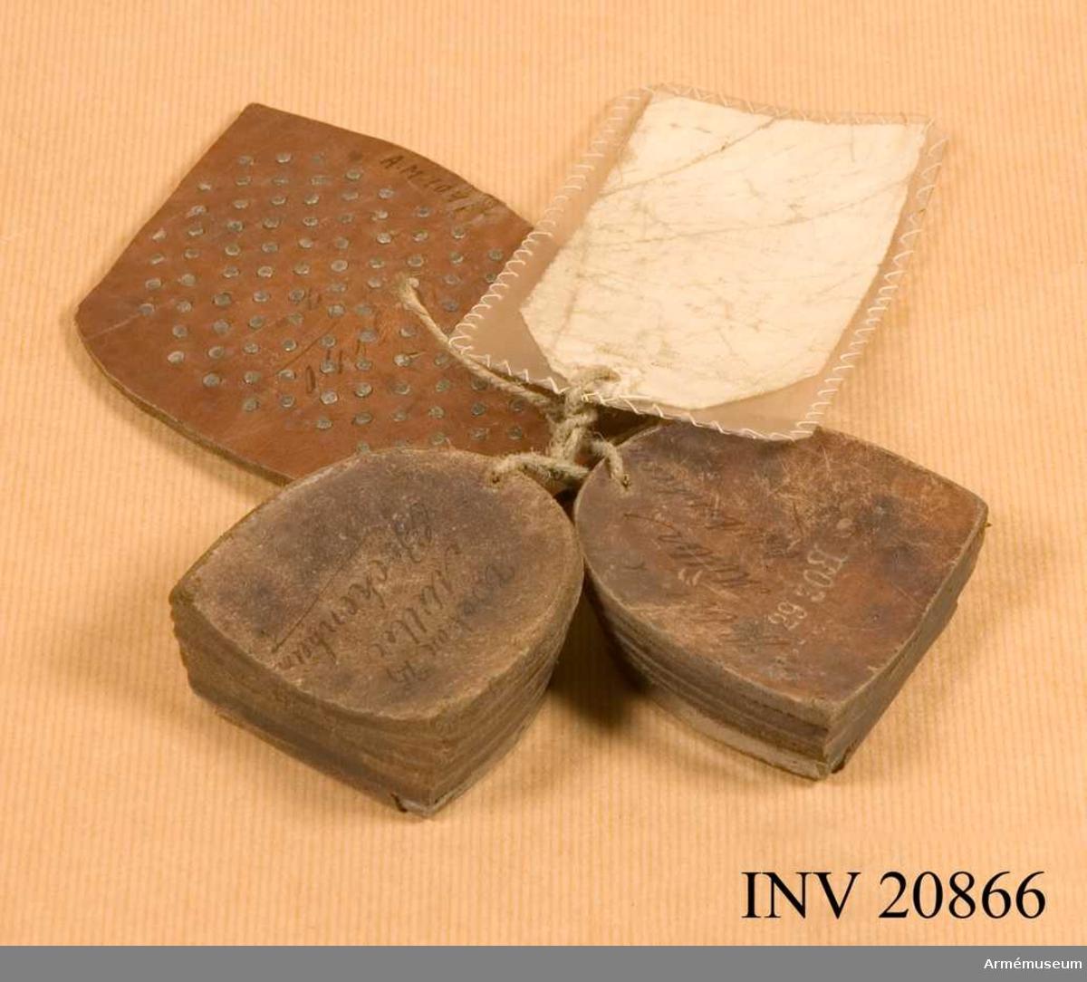 Grupp C II Tillverkare: VRO. Ett par skoklackar och en med stift beslagen skosula.
