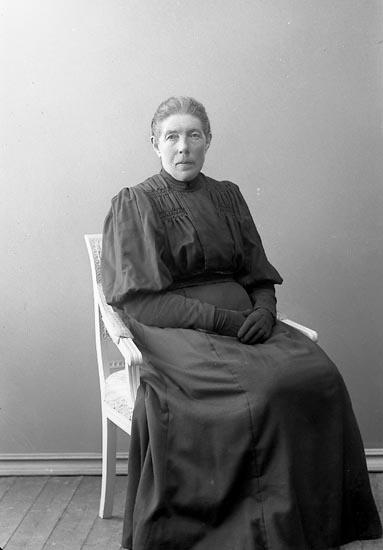 """Enligt fotografens journal nr 2 1909-1915: """"Johansson, Beata, St. Askerön Här""""."""