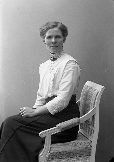 """Enligt fotografens journal nr 2 1909-1915: """"Svensson, Sofia, Evenås, Här""""."""