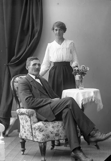 """Enligt fotografens journal nr 4 1918-1922: """"Rutgersson, Oskar Myggenäs Hjälteby""""."""